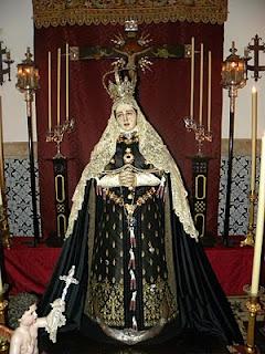 Traje de viuda de Juana, representación definitivamente consagrada en tiempos de Felipe II. La tercera esposa del Rey Prudente, la francesa Isabel de Valois, encargó al escultor Gaspar Becerra una imagen de la Dolorosa, siguiendo una representación pictórica del tema que había traído desde su tierra natal. La imagen, concluida en 1565, fue vestida con un traje de la camarera mayor de la Reina, la Condesa viuda de Ureña/Juana´s mourning gown looked something like this