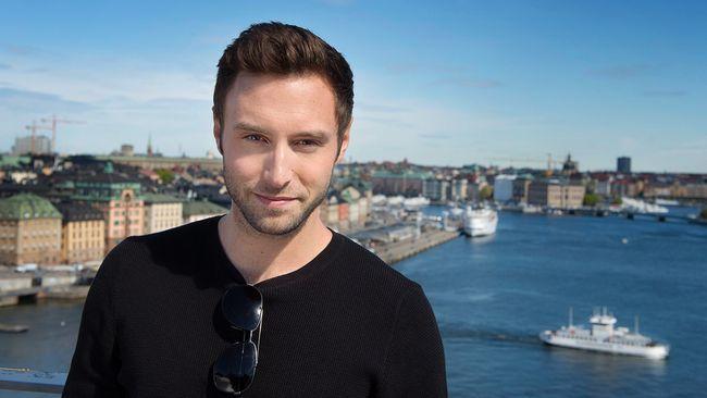 Måns Zelmerlöw åker snart till Wien för att tävla i Eurovision Song Contest. Här syns han med Stockholm i bakgrunden.