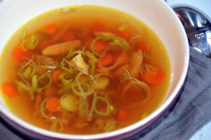 Zelf kippensoep maken. Kippensoep schijnt te helpen bij griep en verkoudheid, maar is bovenal lekker. Vooral deze kippensoep naar Brabants recept.