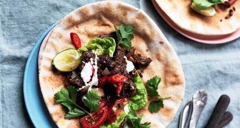 Kødet her skal helst marinere en times tid, men smager kun bedre, hvis det får lov til at marinere natten over. Vi bruger fladbrød, men du kan sagtens bruge pitabrød i stedet. Her får du opskriften på lækker hjemmelavet shawarma: