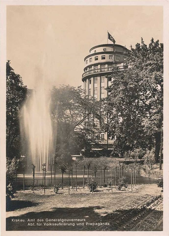 """Okres okupacji hitlerowskiej - lata 1940-44. Budynek Towarzystwa Ubezpieczeniowego ''Feniks"""" pod hitlerowską flagą."""