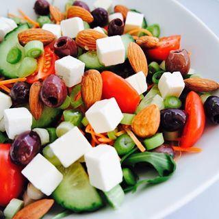 Wat eet jij vanavond? Start je week gezond met deze super makkelijke salade  je vind hem nu op mijn blog! #linkinbio #gezondeten #diner #balans #lunch #salade #yummie #healthy #afvallen #lifestylecoach #bereikjeidealegewicht #gezondeleefstijl #energie #boost #lekkerinjevel #foodilove