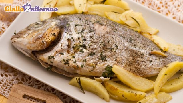 L'orata al forno è un profumato e raffinato secondo piatto di pesce. L'orata viene riempita con aglio ed erbe aromatiche e cotta al forno con un contorno di patate a spicchi. Qui la #ricetta: http://ricette.giallozafferano.it/Orata-al-forno.html #GialloZafferano #ricettedipesce