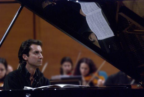 """""""I miei genitori mi hanno regalato da bambino dei giocattoli musicali e poi una pianolina che ho imparato a suonare a orecchio, ma è stata decisiva. A cinque anni ho preso le prime lezioni di #pianoforte, due anni dopo ho suonato in pubblico, a otto anni ho ottenuto l'iscrizione 'speciale' al Conservatorio di #SanPietroaMajella…e via così"""". #RobertoCominati, enfant prodige del pianoforte sarà al #SanCarlo questo fine settimana per il """"Concerto in sol per pianoforte e orchestra"""" di #Ravel."""