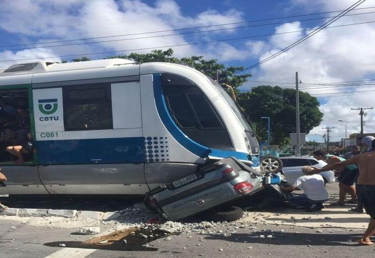 Duas pessoas morreram e outras duas ficaram feridas, e presas às ferragens, em um grave acidente entre um carro Fiat Strada e o Veículo Leve sobre Trilho (VLT) no cruzamento da linha férrea na #acidentes #news #maceio #noticias #cliquebrasil #brasil #boanoite