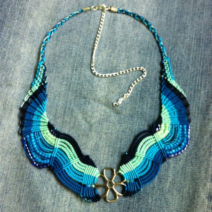 Collar tonos azules macramé con herraje de flor