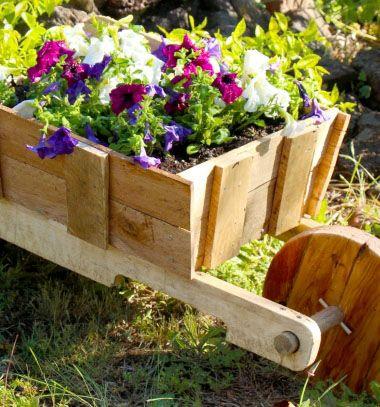 DIY rustic wooden wheelbarrow garden planter (free plan) // Talicska alakú fa virág ültető láda - rusztikus kerti dekoráció fából // Mindy - craft tutorial collection