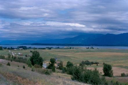 Lago Flathead, porta de entrada para o Parque Nacional das Geleiras em Montana, USA. Tem 45 km de comprimento e 24 km de largura.