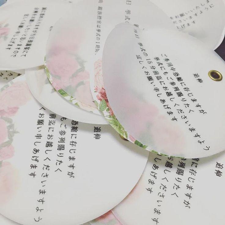 ✩ . . 付箋はトレーシングペーパーとアンティークフラワーを印刷した紙をハトメパンチで重ねました . . 最初はクラフト紙を蝋引きして作っていたんですが 結果こっちにして良かった . . ハトメ付いてると少し凝った感じに見えるのは私だけでしょうか?(笑) . . . #プレ花嫁#プレ花嫁さんと繋がりたい #全国のプレ花嫁さんと繋がりたい #プレ花嫁さん仲良くして下さい #ころちゃん結婚式#招待状手作り#ちーむ0319#2017春婚 #20170319#0319#結婚準備#marry花嫁#トレーシングペーパー#クラフト紙#アンティークフラワー#付箋#手作り招待状#ハトメ#ハトメパンチ