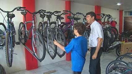 Aumenta a procura por bicicletas e itens para ciclistas, no Recife Ciclofaixa disponível aos domingos e feriados ajuda nesse crescimento. Clientes também têm procurado por equipamentos de segurança. Com a nova ciclofaixa disponibilizada pela Prefeitura aos domingos e feriados, com 25 quilômetros de extensão entre as Zonas Sul, Central e Norte da cidade, aumentou a procura por bicicletas nas lojas especializadas do Recife. Muitas delas, que também funcionam como of (Leia [+] clicando na…