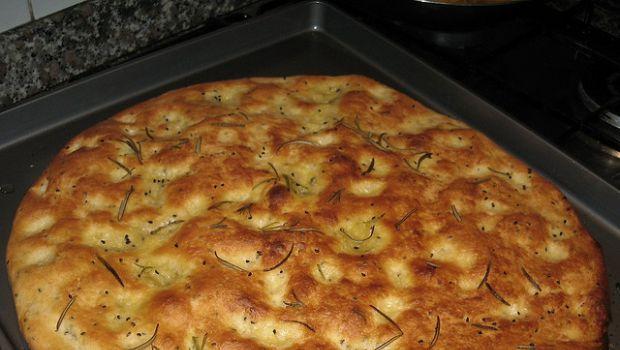 La focaccia di farina di ceci da fare in casa con la ricetta veloce