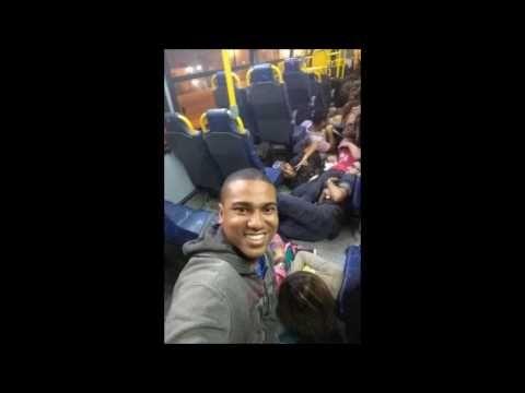 Jovens fazem selfie sorrindo em tiroteio no Rio