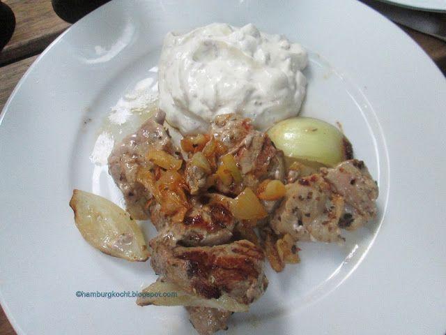 Hamburg kocht!: Souvlaki mit Pistazienjoghurt und Oliven-Tomaten-S...