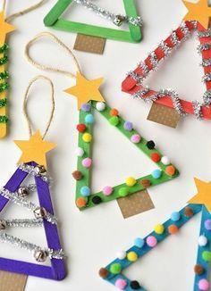 activités-manuelles-noel-maternelle-des-sapisn-de-batonnets-de-glace-peints-et-décorés-de-petits-pompos-et-decorations-bricolage-enfant-diy