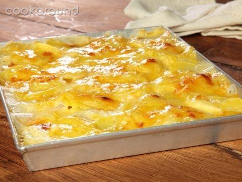 Patate alla savoiarda | Cookaround  Video ricetta delle patate alla savoiarda piemontesi, preparazione tradizionale a base di patate ed emmental, cremose e filanti una volta sfornate e servite calde