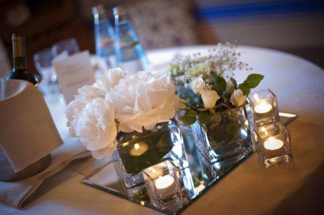 Centrotavola con roselline bianche e candele