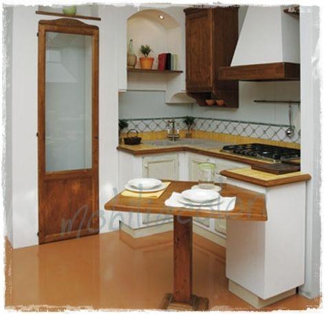 ... per frigorifero e armadietti e tante mensole ad angolo per sfruttare