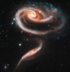 Die Spiralgalaxie UGC 1810 (oben) hat eine ungefähr fünfmal so große Masse wie ihre Partnergalaxie UGC 1813 (unten). Die als Arp 273 bekannte Gruppe von Galaxien in der Andromeda-Konstellation ist ungefähr 300 Millionen Lichtjahre von der Erde entfernt