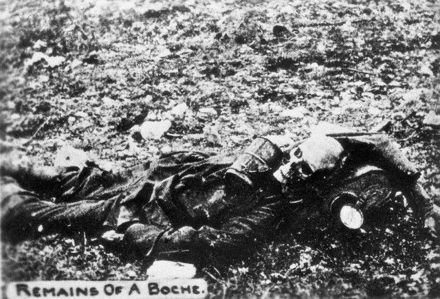 Partiellement corps décomposé d'un soldat allemand.