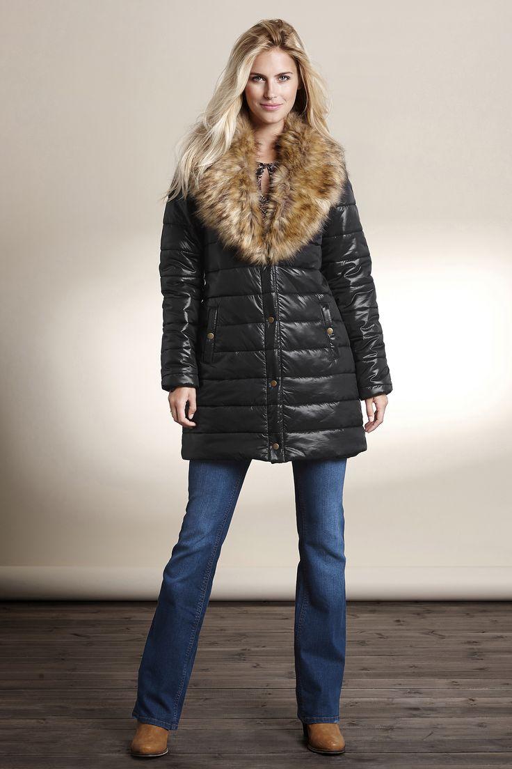 Ocieplana, czarna kurtka marki Happy Holly. Efektowny, odpinany kołnierz ze sztucznego futerka, 369 zł.