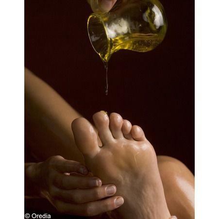 Soins pour pieds secs: Mélangez 2 cuillères à soupe de sel fin à 2 cuillères à soupe d'huile d'olive ou d'argan. Massez ensuite vos pieds avec la mixture en insistant sur les talons.