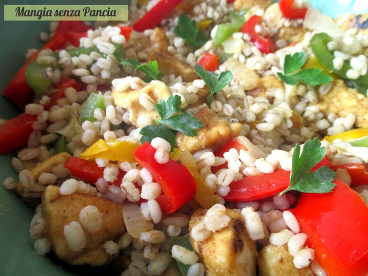 L'orzo con pollo e peperoni è un piatto unico facile e sfizioso da portare a tavola. Nutriente e gustoso anche tiepido quindi perfetto come pasto da asporto