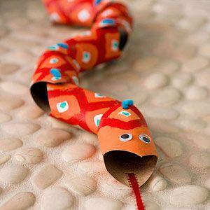 Knutselen: beweegbare slang wc rolletjes. Budget knutsel tip van Speelgoedbank Amsterdam voor kinderen en ouders.
