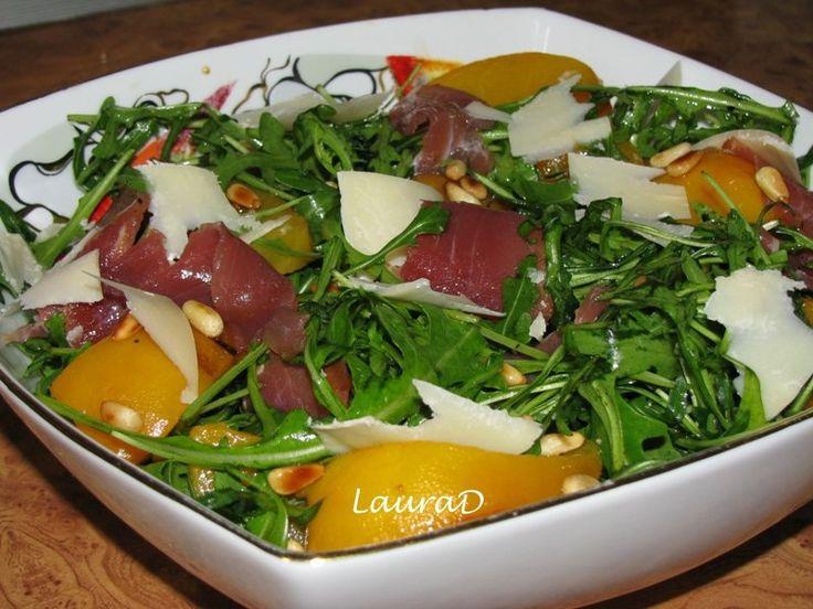 Reteta culinara Salata de ruccola cu piersici, prosciutto si Grana Padano din categoriile Aperitive, Aperitive, Mancaruri cu legume si zarzavaturi, Salate, Salate. Cum sa faci Salata de ruccola cu piersici, prosciutto si Grana Padano