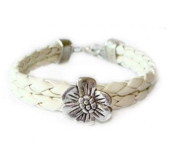 Bransoletka z kwiatkiem z plecionego rzemyka w kolorze waniliowym. Podaruj na prezent!