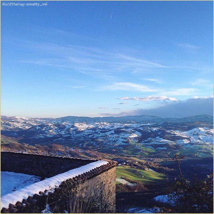 """""""BiancoVerdeBlu"""" La #PicOfTheDay #turismoer di oggi osserva silenziosa il panorama dal #Castello di #Carpineti, sull'Appennino Reggiano. Complimenti e grazie a @matty_val / """"WhiteGreenBlue"""" Today's #PicOfTheDay #turismoer silently observes the view from #Carpineti #Castle, on #ReggioEmilia's #Apennines. Congrats and thanks to @matty_val"""