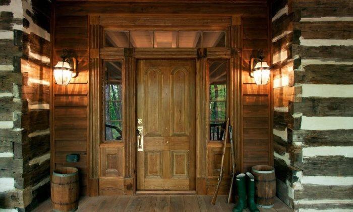Состаренная деревянная дверь отлично подойдет для фасада в стиле кантри.