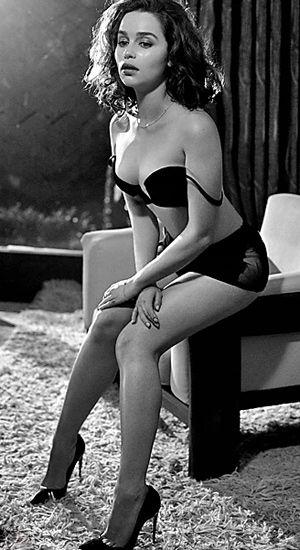 """Intérprete da durona Daenerys, dona dos dragões de """"Game of Thrones"""", Emilia Clarke (foto), 28 anos, foi eleita a mais sexy do mundo pela revista """"Esquire"""". Não satisfeita, a publicação ainda deu à morena o título de mulher do ano. Segundo a publicação, a atriz é uma mistura de mulher perigosa e boazinha, de estrela e garota comum. Que beleza! Divulgação/Esquire"""