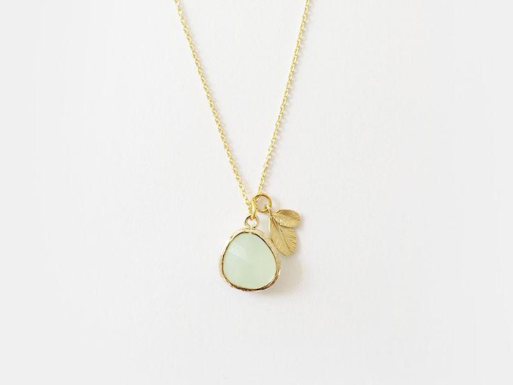 NEW IN - #925 #Halskette mit einem #hellgrünen #Glasstein und einem kleinen #Blattanhänger. #geschenkidee #greenery #trendfarbe 2017