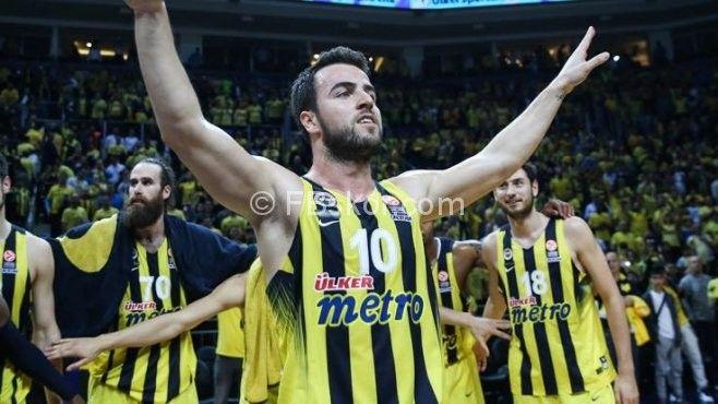Fenerbahçe ,kaptanıyla sözleşmesini 3 yıl daha uzattı!