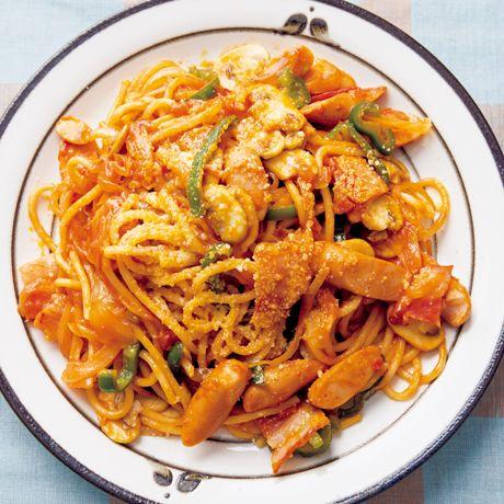 極太スパゲッティで作りたい!「懐かし味のナポリタン」のレシピです。プロの料理家・コウケンテツさんによる、ウインナソーセージ、ベーコン、粉チーズ、ピーマン、玉ねぎ、マッシュルーム、おろしにんにく、トマト缶、スパゲッティなどを使った、709Kcalの料理レシピです。