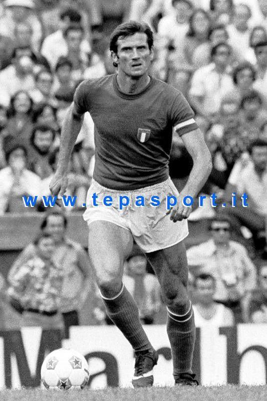 Giacinto Facchetti Capitano della Nazionale Italiana di Calcio dal 1966 al 1977, ha partecipato alla vittoriosa edizione del campionato europeo del 1968, che rappresenta il primo e tuttora unico successo dell'Italia nella competizione ... ⚽️ C'ero anch'io ... http://www.casatepa.it/  Made in Italy dal 1952