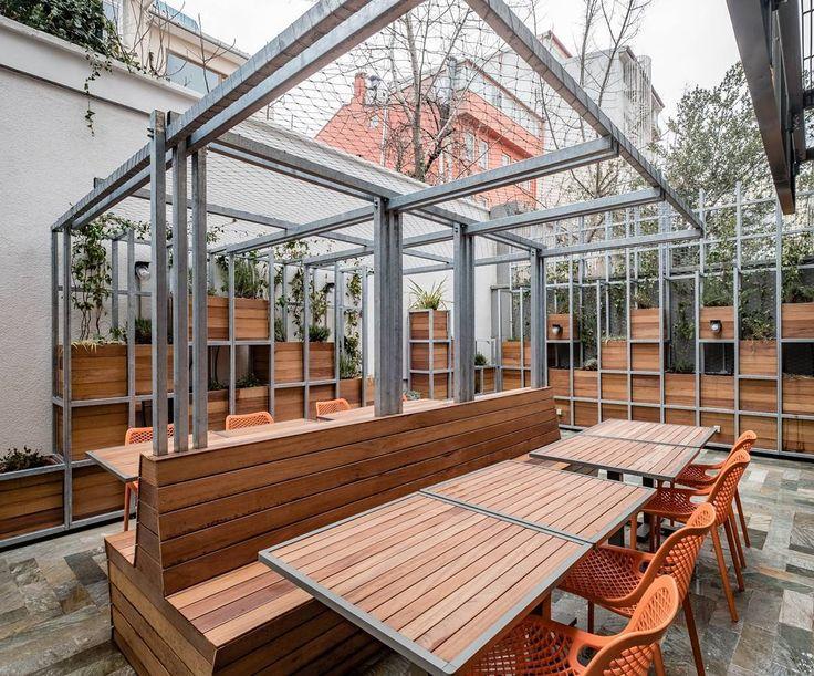 Kafe ve restoran katında yer alan bahçede yenilebilir ve kokulu bitkilerin yetiştiği bitki kütüphanesi bulunuyor. (fotoğraf: @yercekim) #anonimistanbul #ofis #no8 #mimaritasarim #architecture #archilovers #designlovers #office #istanbul #arkitektur #arquitectura #renovation #bahçe #garden #plants #edible #restaurant #cafe http://turkrazzi.com/ipost/1515151774711971535/?code=BUG5oLwgn7P