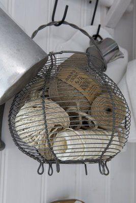 Un vieux panier à œufs pour stocker les cordes et ficelles.                                                                                                                                                     Plus