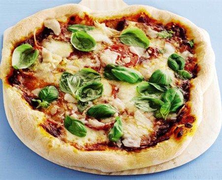 Hjemmebagt pizzabund og 3 forslag til fyld.