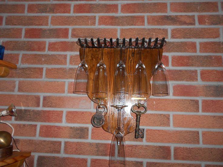 Porta bicchieri costruito di legno fissando un vecchio rastrello riciclato, ganci in ottone e apribottiglie appesi (anche la chiave è un apri bottiglia / cavatappi)