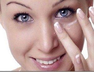 Ela passa bicarbonato debaixo dos olhos; quando você souber por quê, vai querer fazer o mesmo! - Ideal Receitas