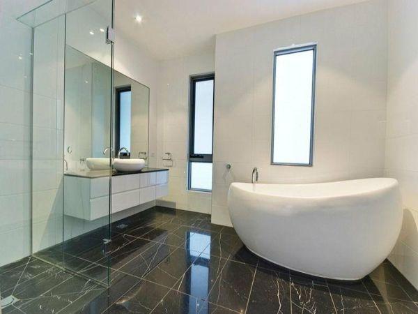 Interessante Freistehende Badewanne Im Modernen Hellen Bad In 2020 Kleine Badewanne Badezimmer Grundriss Bad