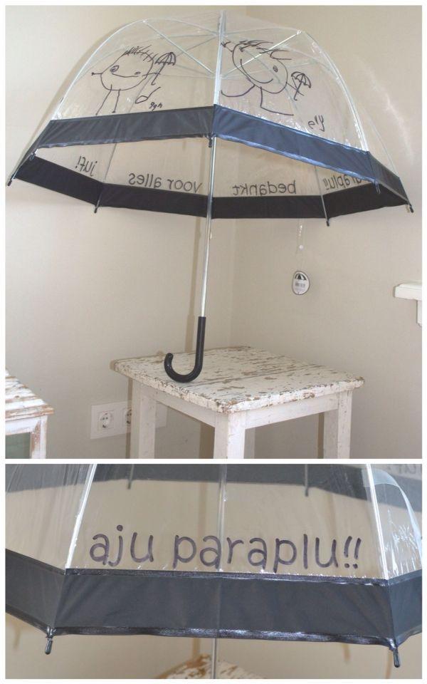 Bedankt!! De paraplu's komen bij de Blokker vandaan en ik heb de watervaste stiften van de Action gebruikt! De tekst heb ik uitgeprint, in de paraplu geplakt en overgetrokken! De poppetjes hebben de kids er zelf op getekend (ik de parapluutjes) en groot voordeel van dit materiaal is dat als het poppetje heel erg mislukt, je hem met nagellakremoverpads van de Action zo weer uit kan vegen en opnieuw kan laten tekenen! Succes!
