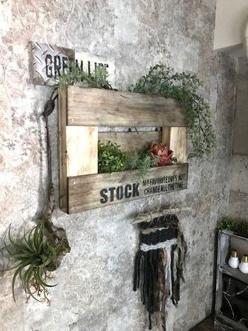 端材とセリアの《板》で作った男前なパレット風ウォールシェルフです。多肉植物やグリーンを飾って。