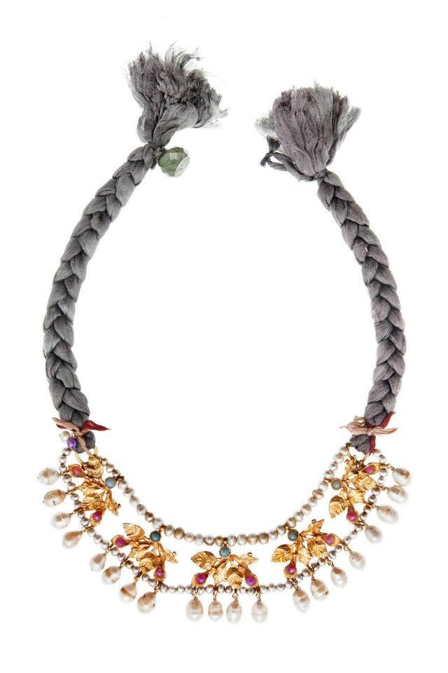 Collar de latón bañado en oro de 24 quilates con detalles de perlas envejecidas y turquesitas, asi como jade color malva y verde. El lazo es de seda natural. Mide 53cm. Diseñado por Verdeagua.
