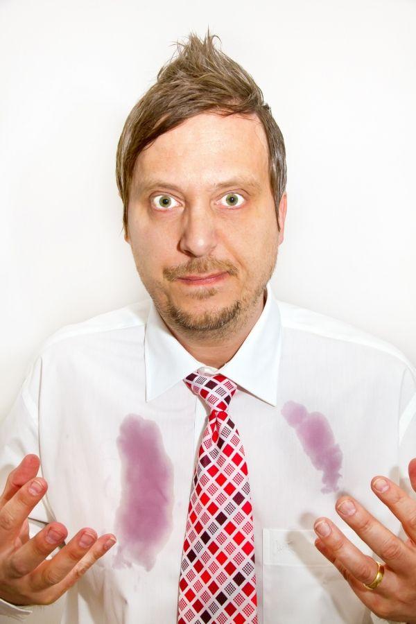 Rotweinflecken mit Essigreiniger vorbehandeln/oder Zitronensaft