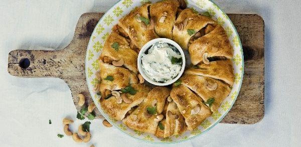 Hartige croissantkrans met kip. Dit gerecht is met zijn kruidige smaken een heerlijke toevoeging voor bij de Paasbrunch.