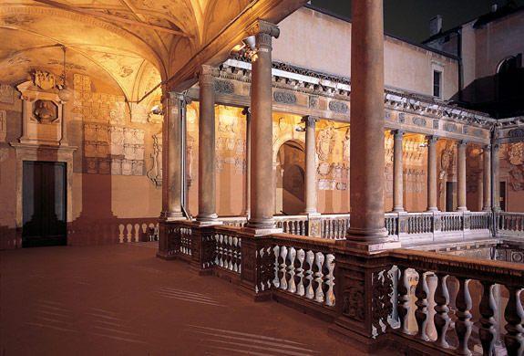 La Universidad de Padua está entre las más importantes universidades de Italia, y entre las más antiguas del mundo (la segunda en Italia), fundada en 1222.La Universidad ofrece una larga gama de títulos en trece facultades.