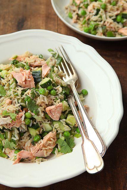 rijst met zalm, komkommer, erwten, limoen, sojasaus, koriander (mager!) by photo-copy-ann