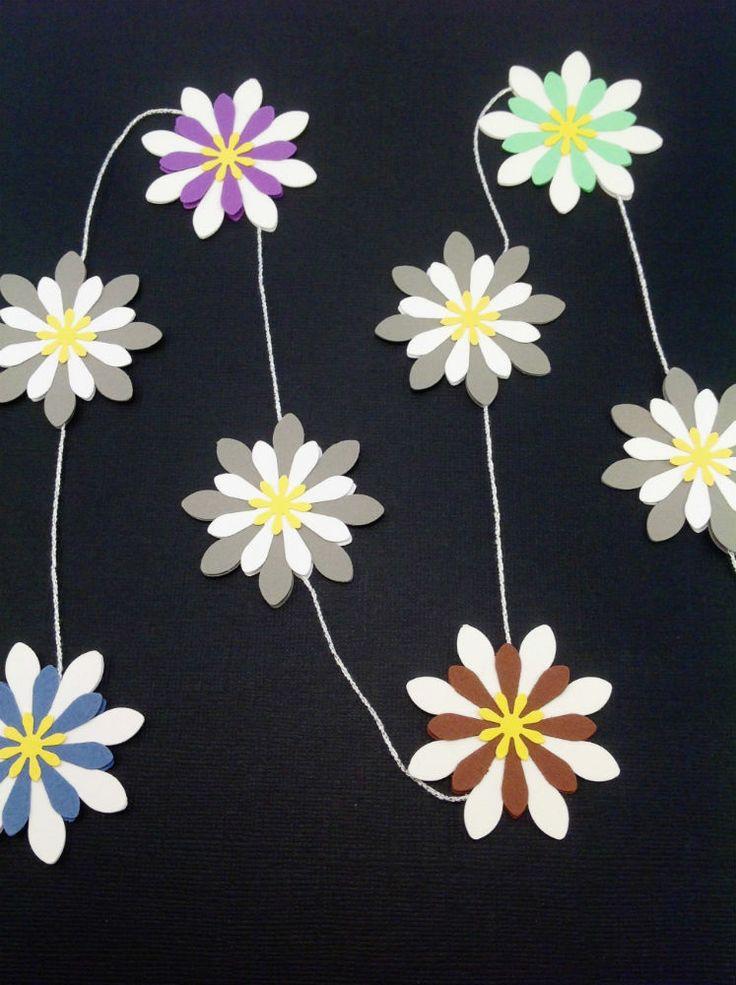 Mobile med 8 blomster i grå, lysegrøn, brun, lilla, blå og hvid. Smuk i vinduet eller hængende ned fra loftet. Se mere på www.jannielehmann.dk